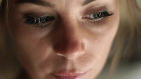 Mujer triste del retrato que piensa y que mira en cámara Cierre encima de la cara, de la piel, de ojos, de pestañas y de eyesbrow almacen de metraje de vídeo