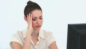 Mujer triste delante de su ordenador Imagen de archivo libre de regalías