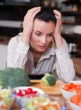 Mujer triste en cocina Fotos de archivo