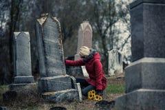 Mujer triste en de tacto de luto amado su lápida mortuaria Fotografía de archivo libre de regalías