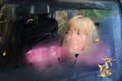 Mujer triste en el coche imagen de archivo