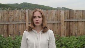 Mujer triste en el jardín almacen de video