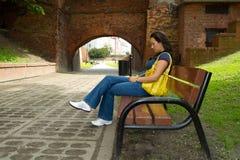Mujer triste en el parque Foto de archivo