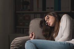 Mujer triste en el sofá en casa Fotografía de archivo