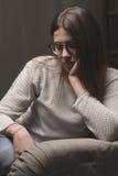 Mujer triste en el sofá en casa Foto de archivo libre de regalías