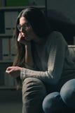 Mujer triste en el sofá en casa Fotos de archivo