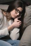 Mujer triste en el sofá en casa Imágenes de archivo libres de regalías