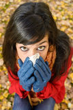 Mujer triste en gripe y frío del otoño Foto de archivo