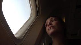 Mujer triste en la porta en el avión metrajes