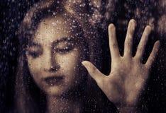 Mujer triste en la ventana Imagen de archivo