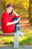 Mujer triste en parque con el teléfono Imágenes de archivo libres de regalías