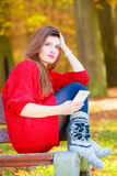 Mujer triste en parque con el teléfono Imagen de archivo libre de regalías