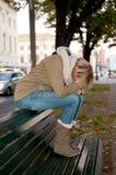 Mujer triste en un banco Fotos de archivo libres de regalías