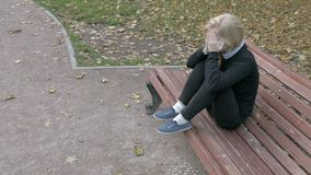 Mujer triste hermosa que se sienta en parque de la ciudad metrajes
