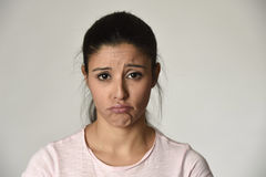 Mujer triste hispánica hermosa joven seria y en cuestión en la expresión facial deprimida preocupante imágenes de archivo libres de regalías