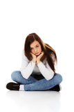 Mujer triste joven que se sienta en el piso Imágenes de archivo libres de regalías