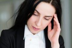 Mujer triste pensativa anhelante pensativa de la cara de la emoción Foto de archivo libre de regalías