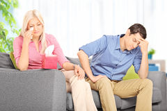 Mujer triste que discute con su marido en casa Fotografía de archivo libre de regalías