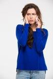 Mujer triste que habla en el teléfono Fotos de archivo