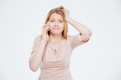 Mujer triste que habla en el teléfono Foto de archivo