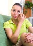 Mujer triste que limpia los rasgones Imagen de archivo