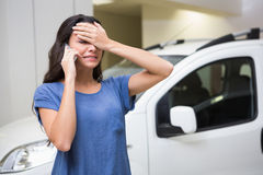 Mujer triste que llama alguien con su teléfono móvil Imagen de archivo
