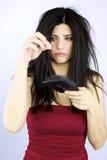 Mujer triste que lleva a cabo problemas caidos de la atención sanitaria del pelo fotografía de archivo libre de regalías