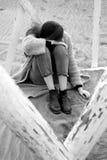 Mujer triste que llora en la sensación de la playa perdida y la arena conmovedora sola blanco y negro Imagen de archivo