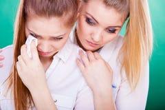 Mujer triste que llora y que es consolada por el amigo Imagen de archivo libre de regalías
