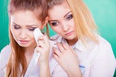 Mujer triste que llora y que es consolada por el amigo Fotografía de archivo