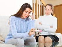 Mujer triste que mira la prueba de embarazo Fotografía de archivo