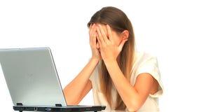 Mujer triste que mira su ordenador portátil metrajes