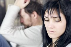 Mujer triste que no mira al marido trastornado Fotografía de archivo