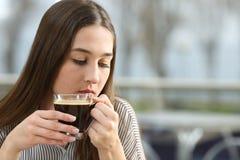 Mujer triste que piensa en una cafetería Foto de archivo