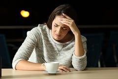 Mujer triste que se queja en un restaurante Imágenes de archivo libres de regalías