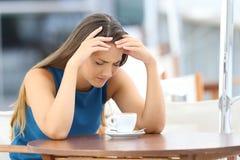 Mujer triste que se queja en una cafetería imagen de archivo