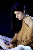 Mujer triste que se sienta en el pensamiento oscuro Foto de archivo libre de regalías