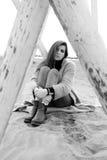 Mujer triste que se sienta en la sensación de la playa perdida y la cámara de mirada sola blanco y negro Fotografía de archivo libre de regalías