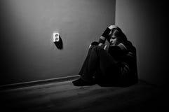 Mujer triste que se sienta solamente Foto de archivo libre de regalías