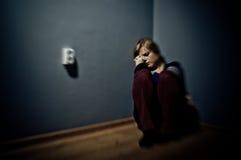 Mujer triste que se sienta solamente Imagen de archivo libre de regalías