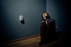 Mujer triste que se sienta solamente Fotografía de archivo libre de regalías
