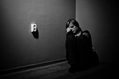 Mujer triste que se sienta solamente Foto de archivo