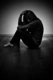 Mujer triste que se sienta solamente Fotos de archivo
