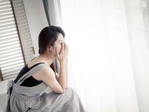 Mujer triste que se sienta solamente en sitio Imagen de archivo libre de regalías