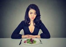Mujer triste que tiene descontentar dieta foto de archivo libre de regalías