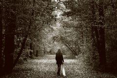 Mujer triste sola en el camino de madera Foto de archivo libre de regalías