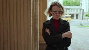 Mujer triste sola que mira lejos la calle de la ciudad almacen de video