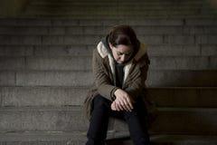 Mujer triste solamente en la depresión sufridora de la escalera del subterráneo de la calle que mira que parece enfermo y desampa imagenes de archivo