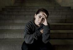 Mujer triste solamente en la depresión sufridora de la escalera del subterráneo de la calle que mira que parece enfermo y desampa imágenes de archivo libres de regalías