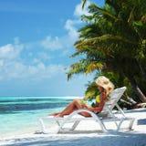 Mujer tropical en salón Imágenes de archivo libres de regalías